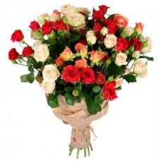 Букет 17 кустовых роз в крафте