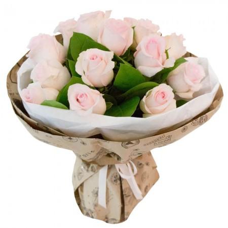 Букет 17 светло-розовых роз в крафте