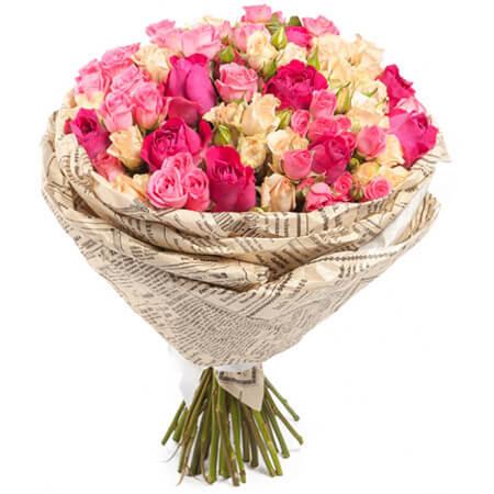 Букет 25 кустовых роз в крафте