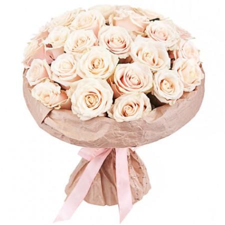Букет 25 кремовых роз в крафте