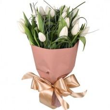 Букет 19 белых тюльпанов в крафте