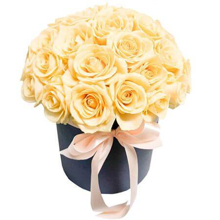 Кремовые розы в шляпной коробке