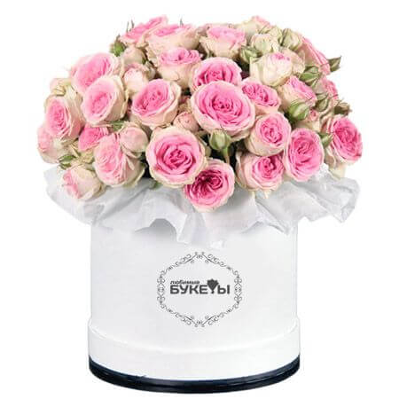 Розовые кустовые розы в шляпной коробке