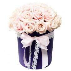 Нежно-розовые розы в шляпной коробке