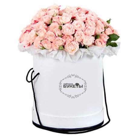 Светло-розовые кустовые розы в шляпной коробке